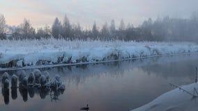 Amanecer de la mañana en el río en una evaporación fuerte de la helada del agua en frío punzante almacen de metraje de vídeo