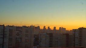 Amanecer de la mañana de la ventana de la casa de St Petersburg metrajes