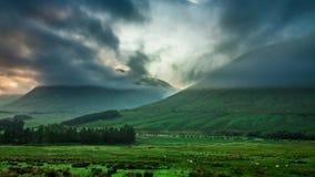 Amanecer de niebla hermoso sobre las montañas de Glencoe en Escocia, timelapse almacen de metraje de vídeo