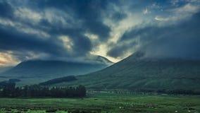 Amanecer de niebla imponente sobre las montañas de Glencoe en Escocia metrajes