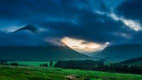 Amanecer de niebla sobre las montañas de Glencoe en Escocia metrajes