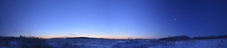 Amanecer del invierno en el campo Foto de archivo