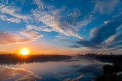 Amanecer del paisaje en el río foto de archivo