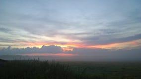 Amanecer del verano en la niebla Foto de archivo