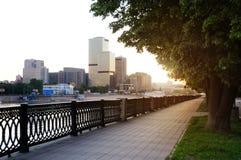 Amanecer en centro de ciudad. Foto de archivo