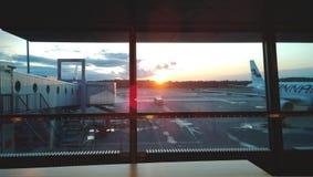 Amanecer en el aeropuerto Vantaa en Helsinki El buen comenzar del viaje imagen de archivo libre de regalías