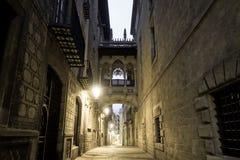 Amanecer en el cuarto gótico, Barcelona imagenes de archivo