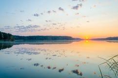 Amanecer en el lago Fotos de archivo