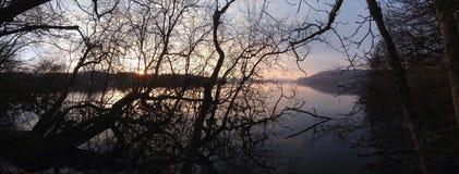 Amanecer en el lago Foto de archivo