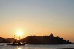 Amanecer en el mar de Seto Inland en Tomonoura Foto de archivo libre de regalías