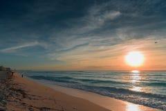 Amanecer en el mar del Caribe Imágenes de archivo libres de regalías