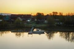 Amanecer en el pueblo del río Imagen de archivo