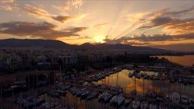 Amanecer en el puerto deportivo griego, Atenas Aero- tiroteo video Muchos diversos yates, catamaranes amarraron a los embarcadero almacen de metraje de vídeo