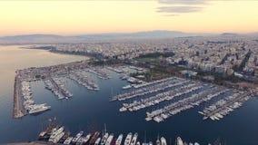 Amanecer en el puerto deportivo griego, Atenas Aero- tiroteo video Muchos diversos yates, catamaranes amarraron a los embarcadero metrajes