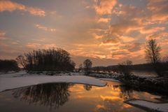 Amanecer en el río Fotos de archivo libres de regalías