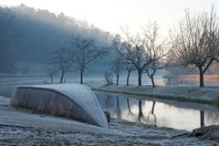 Amanecer en el río de Tesino por una mañana congelada fotos de archivo libres de regalías