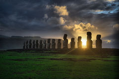 Amanecer en Isla de Pascua Rapa Nui Isla de pascua Threesome Imagen de archivo libre de regalías