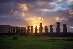 Amanecer en Isla de Pascua Rapa Nui Isla de pascua Threesome imágenes de archivo libres de regalías
