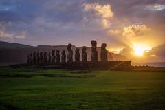 Amanecer en Isla de Pascua Rapa Nui Isla de pascua Threesome Foto de archivo libre de regalías