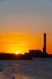 Amanecer en la central eléctrica Foto de archivo libre de regalías
