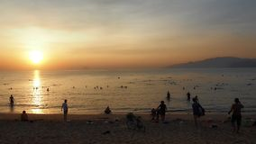Amanecer en la ciudad de Nha Trang de la playa almacen de metraje de vídeo