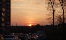 Amanecer en la ciudad Las subidas del sol Cielo rojo El sol se levanta sobre las nubes del mar y del oro Rusia fotos de archivo libres de regalías