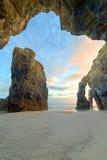 Amanecer en la playa de Catedrales Fotos de archivo