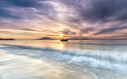 Amanecer en la playa doc. Let fotografía de archivo