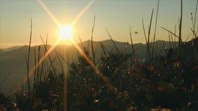 Amanecer en las montañas almacen de metraje de vídeo