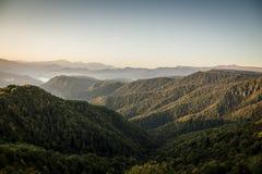 Amanecer en montañas Fotos de archivo