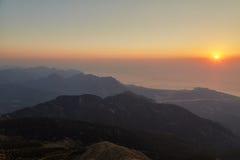 Amanecer entre las montañas Foto de archivo libre de regalías