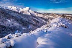Amanecer frío en las montañas de Tatra en invierno Foto de archivo libre de regalías