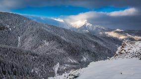 Amanecer frío y nevoso en las montañas de Tatra Imagen de archivo libre de regalías