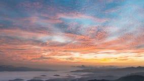 Amanecer hermoso sobre las montañas Fotografía de archivo