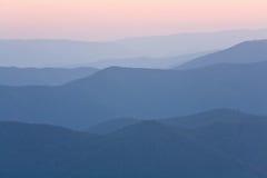 Amanecer nebuloso de la montaña Imagenes de archivo