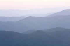 Amanecer nebuloso de la montaña Fotografía de archivo libre de regalías