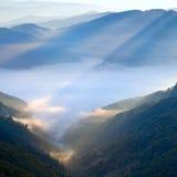 Amanecer nebuloso de la montaña imágenes de archivo libres de regalías