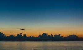 Amanecer nublado en el mar imagen de archivo libre de regalías