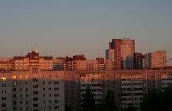 Amanecer oscuro en la ciudad Fotografía de archivo libre de regalías
