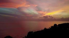 Amanecer rojo brillante En la isla de Bali, Amed Indonesia, Asia Tiroteo del aire metrajes