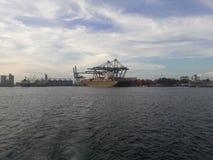 Amanecer rojo del puerto de Veracruz y acción de grúas en un buque de carga Fotos de archivo libres de regalías