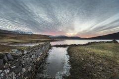 Amanecer sobre el lago Assynt en las montañas escocesas Fotos de archivo