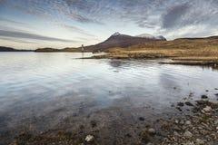 Amanecer sobre el lago Assynt en las montañas escocesas Fotos de archivo libres de regalías