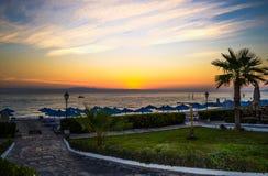 Amanecer sobre el mar Silueta de palmeras imagen de archivo