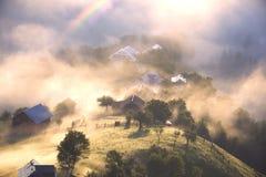 Amanecer sobre el pueblo de Verkhovyna Imagenes de archivo