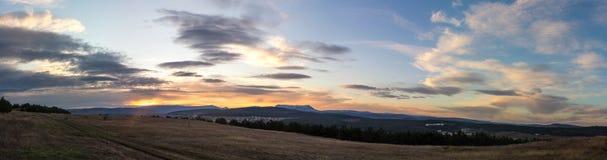 Amanecer sobre el valle de la montaña Fotos de archivo libres de regalías