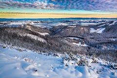 Amanecer sobre el valle de la montaña en invierno Fotografía de archivo libre de regalías