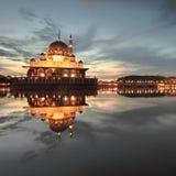 Amanecer sobre la mezquita de Putra Fotografía de archivo