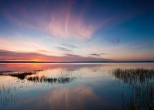 Amanecer sobre un lago reservado foto de archivo