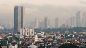 Amanecer temprano en la capital de las Filipinas en Manila Las luces de edificios Tirar el acercamiento del amanecer en almacen de video